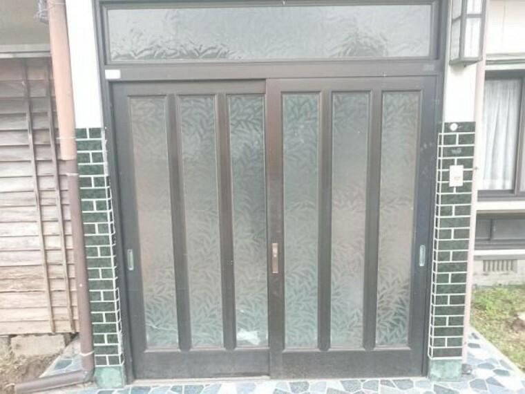 玄関 【リフォーム前】玄関ドアの写真です。ドア本体の交換を行うのでおうちの雰囲気も生まれ変わります。