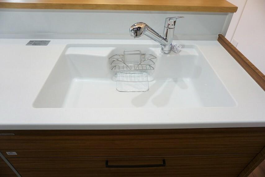 キッチン 同仕様写真。大きなお鍋も楽々洗える幅の広いシンクです^^