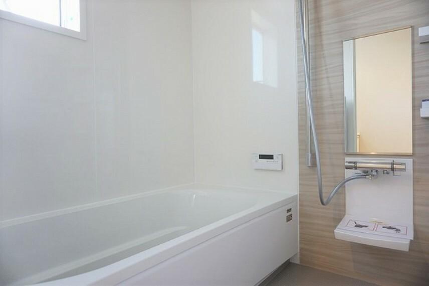 浴室 同仕様写真。1日の疲れを癒すくつろぎのバスルーム。足を伸ばしてもゆったりと入れるサイズです。お子様と一緒にお風呂に入っても狭くないですね^^