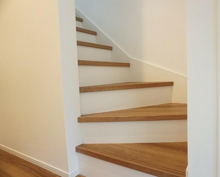 同仕様写真。踏み場の広い手摺付き階段です。勾配も緩やかに設計されており、高齢の方でも安心できますね^^