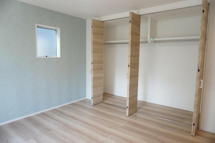 寝室 同仕様写真。住む人のこだわりを活かす洋室^^広めのクローゼットもあり荷物もすっきり片付けられ、ゆとりのある暮らしが出来ます^^