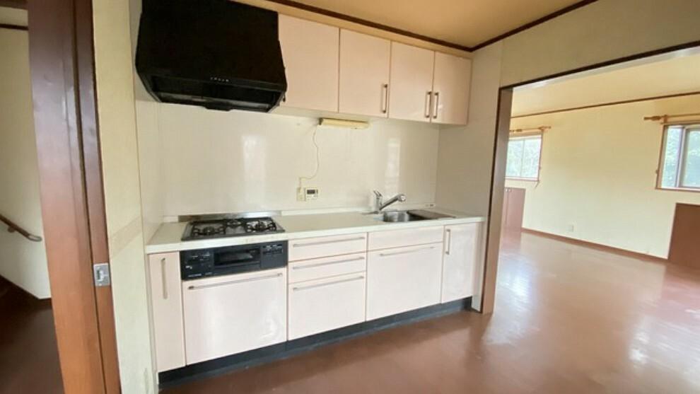 キッチン 独立型キッチンで急な来客時も安心。リビングとキッチン、またバスルームを含む洗濯スペースが繋がっているので家事効率に優れた設計になっています。