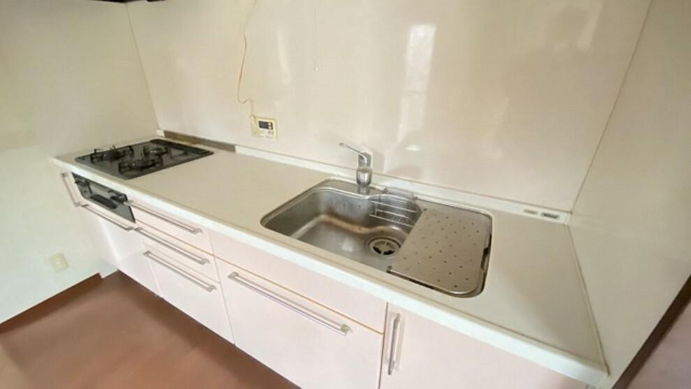 キッチン シンクも調理台も広々設計。中央に給湯のボタンやコンセントも付いていて、また収納スペースもたっぷりの容量があり作業効率が良いキッチンです。