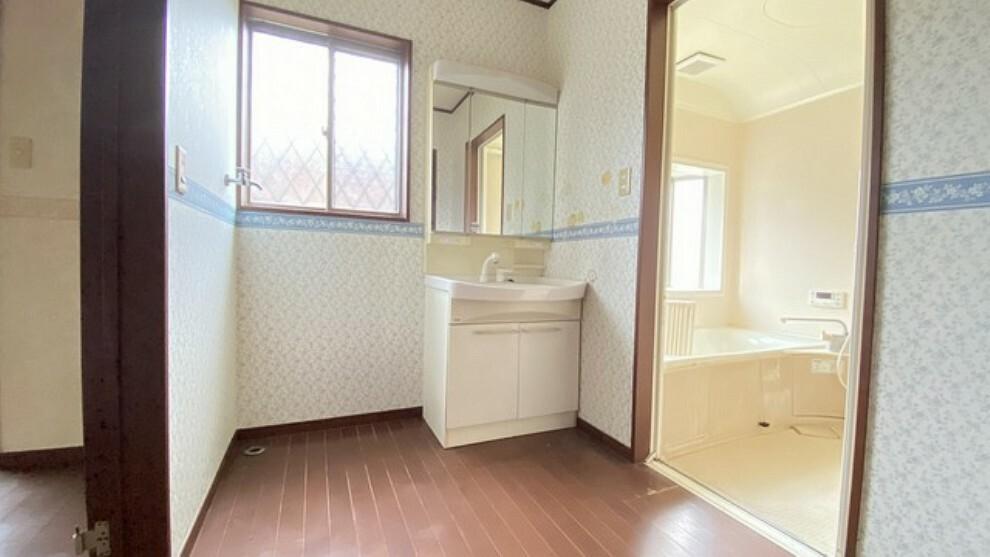 洗面化粧台 バスルームを含む洗面スペースはゆとりの広さ。洗面台の横には洗濯機を置く場所を確保しています。