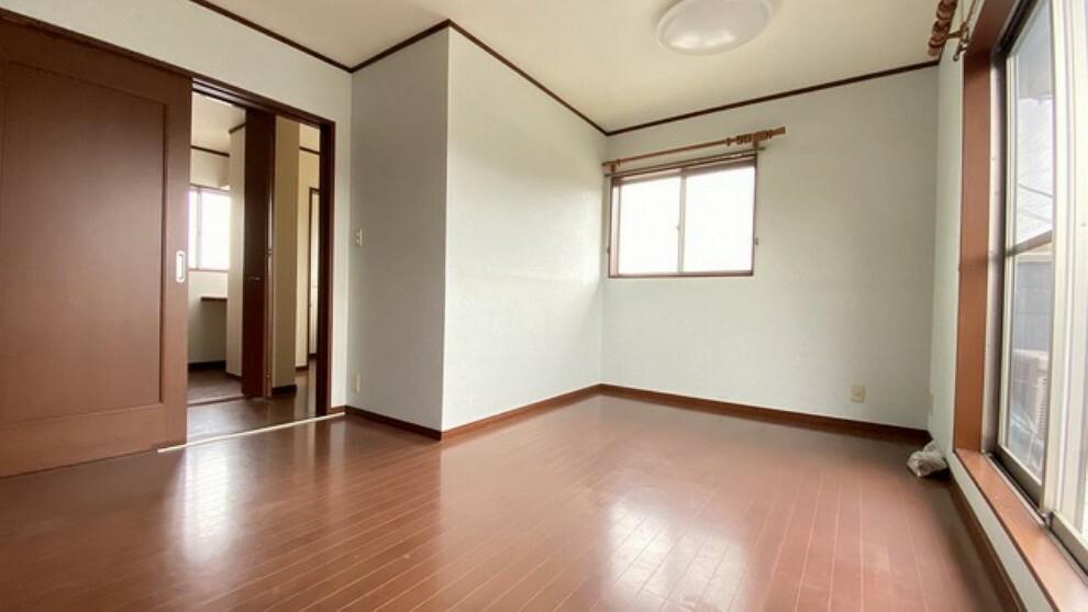 寝室 住む人のこだわりを活かす洋室^^日当たりがよく、寝室としての利用もおすすめ。広めのクローゼットもあり荷物もすっきり片付けれ、ゆとりのある暮らしが出来ます