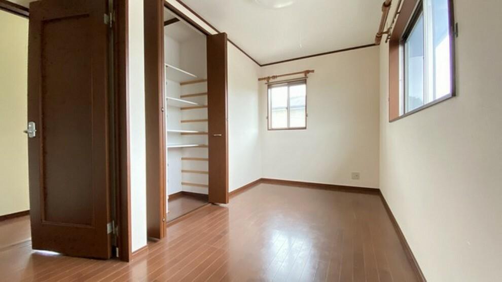 寝室 暖かい日差しが差し込む洋室。たっぷり収納できるクローゼット付きでお部屋の中をすっきりと快適に保てます。