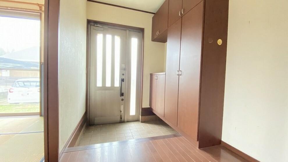 玄関 広さと明るさを兼ね備えた玄関は開放的な空間です。家族全員の靴がきれいに収納できる大型のシューズボックスも付いています。棚の上にお花や写真を飾っても良いですね。