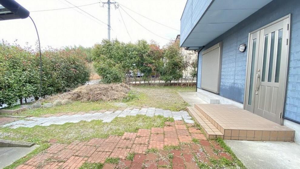 庭 玄関手前には広さ十分のお庭があるので、BBQやお子様の家庭用プールもできちゃいます。お庭は建物裏側にもありガーデニングや家庭菜園も楽しめます。