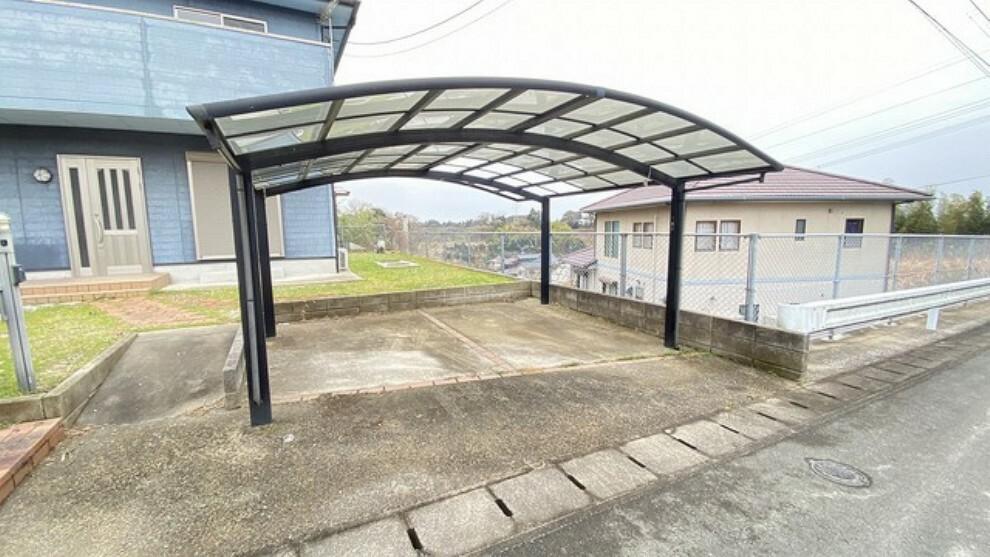駐車場 2台分のお車が止められる広々カーポートを完備。屋根付きなので雨風で車が汚れるのを軽減できます。