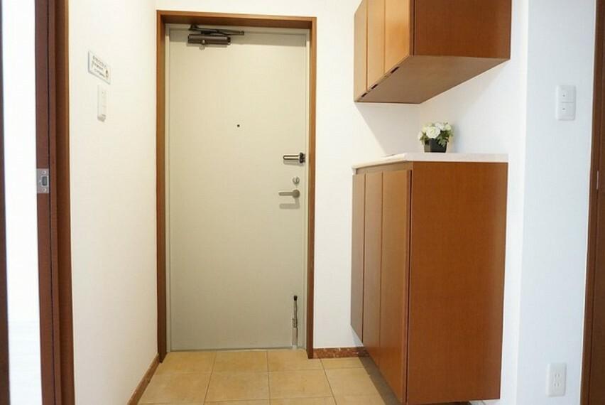 玄関 大き目のシューズボックスがあるので収納も安心ですね^^ 棚のうえにはおはななどを飾ってたのしめそうです^^