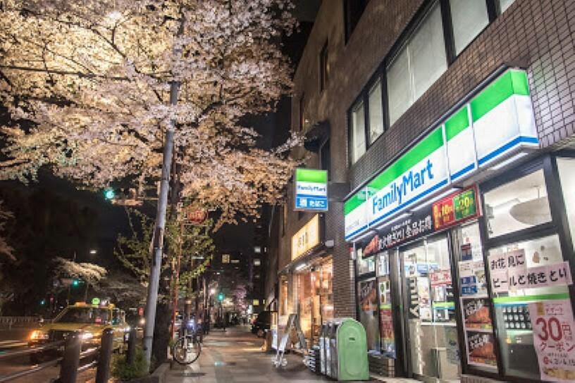 コンビニ 【コンビニエンスストア】ファミリーマート 九段南二丁目店まで295m