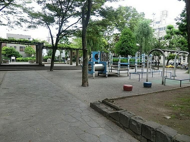 公園 時計を中心に360度ベンチが設置してあるゾーンは多目的に使用できる広場となっており、日当たりもよく、見通しもいいので、子どもたちを自由に遊ばせていても安心です。