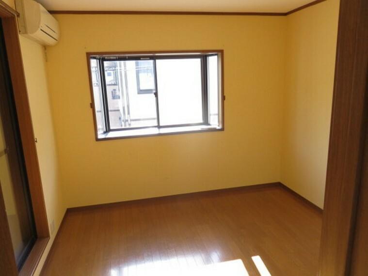 2階の洋室です。出窓が奥行きを与えてくれます。