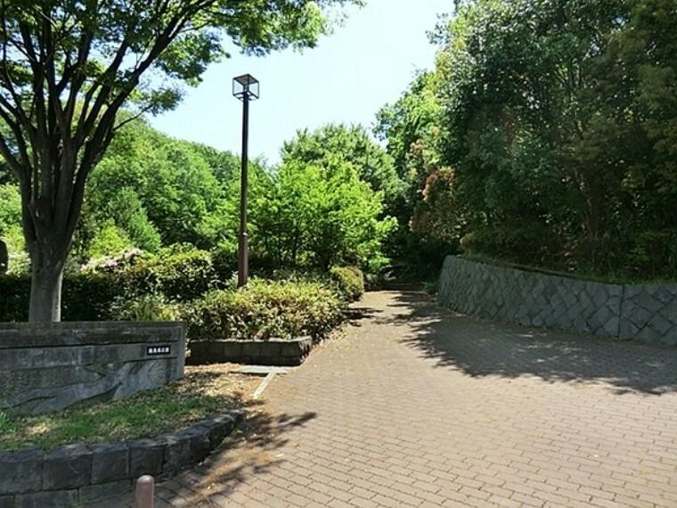 公園 飯島南公園 高台にあり、天気が良ければ富士山が見えることも!? 斜面に位置したこの公園には、所々に遊具が隠れています。