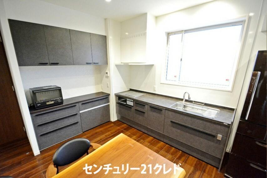 キッチン キッチン横には、収納たっぷりなカップボード付きです! 新たに食器棚をそろえる必要もありません。