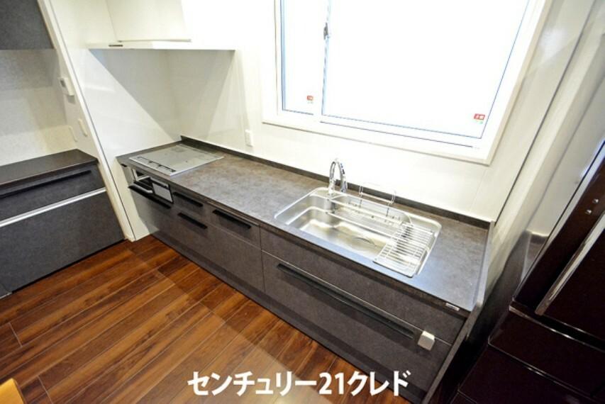 キッチン 使い勝手のいいシステムキッチン 料理を頑張った後のお手入れもしやすいです! 毎日使うものだからこそきれいに保ちたいですね。 仕様・設備についてもご不明な点など、お気軽にお問合せください!