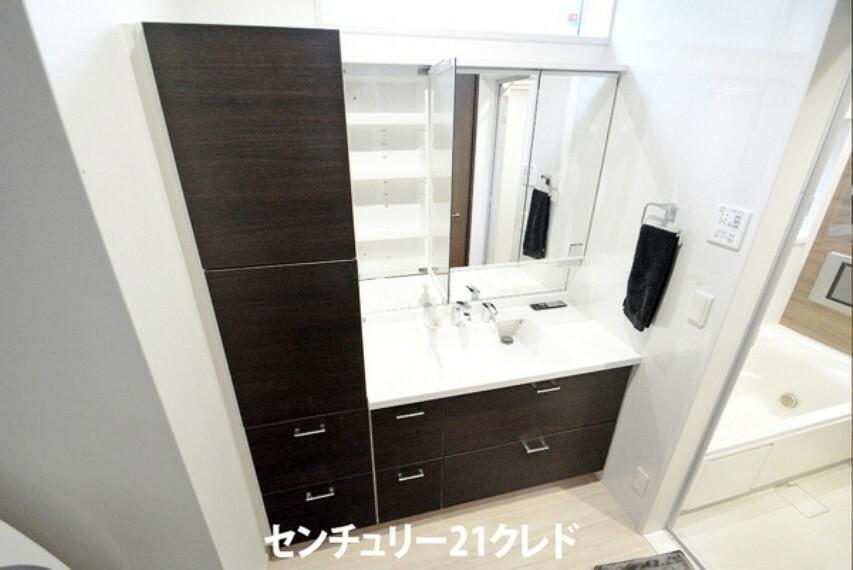 洗面化粧台 三面鏡付き洗面化粧台は、大きなミラーがうれしいです!収納もタップリなので細々したものも片付いてスッキリですね!洗面ボウルが大きくて洗顔も思いっきり出来ますね!
