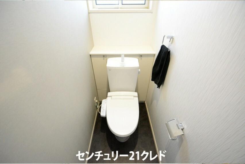 トイレ 各階にトイレが付いているので、忙しい朝の時間帯にも家族皆が気持ち良くお使いいただけます。 白を基調とした清潔感のあるトイレです。
