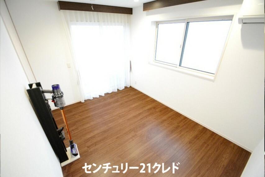 子供部屋 北側6帖洋室。シンプルな内装にはお好みの家具も合わせやすいので、仕事帰りのお父さんがゆったりくつろげるお部屋、テレワークルームのお部屋などお客様に合わせたお部屋が実現できます。