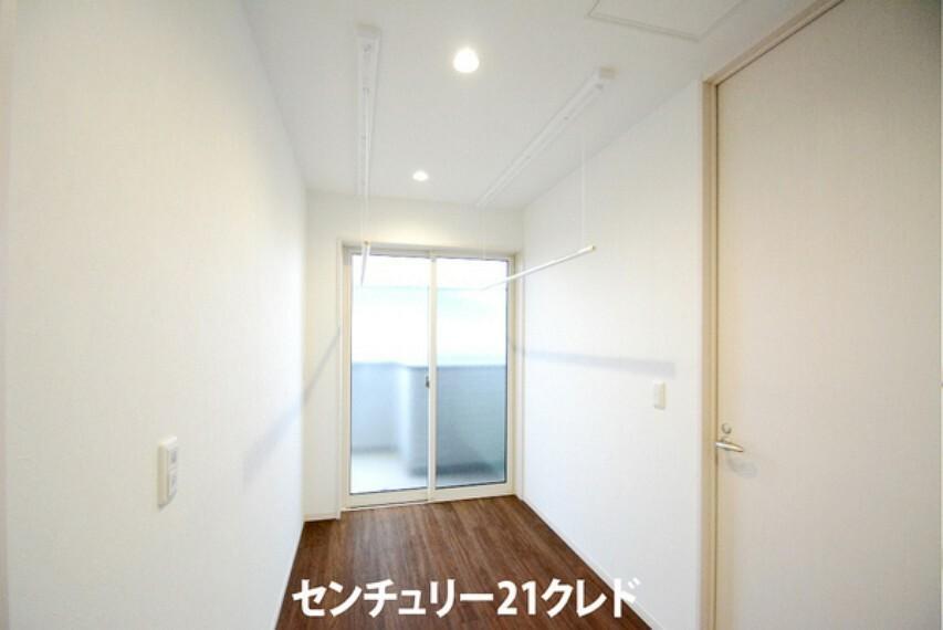 2階廊下のスペースには、室内物干しが2ヶ所付きです! お天気の悪い日や、夜にお洗濯物を干しておくのに便利です。 廊下からバルコニーに出入りができるのも嬉しいですね!
