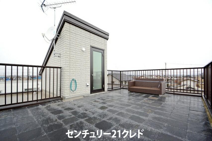 眺望 広々とした屋上バルコニーです! 屋上には水栓もついているので、バーベキューをしたり、 夏には、お子様とプール遊びも楽しめそうですね!