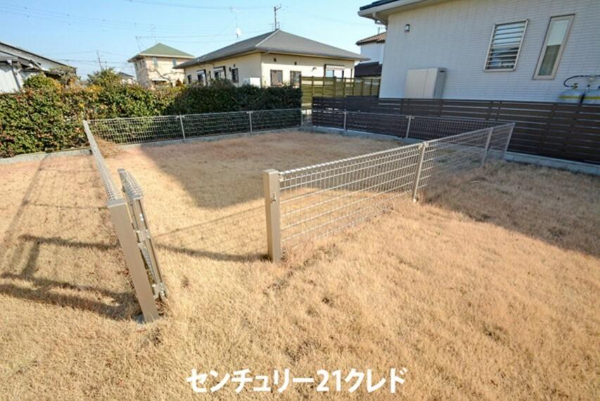 庭 売主様がワンちゃんを飼われていたこともあり、広々としたお庭には ドックランも作られています! ワンちゃんも安心して走りまわれるので、嬉しいですね!