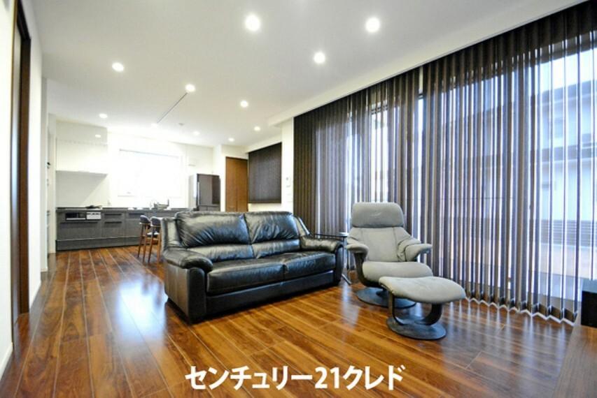 居間・リビング 大きめのおしゃれな家具を置いても余裕があります。 お部屋のイメージも沸きやすいので、ぜひお気軽にご見学ください。 お問い合わせはセンチュリー21クレドまでどうぞ!