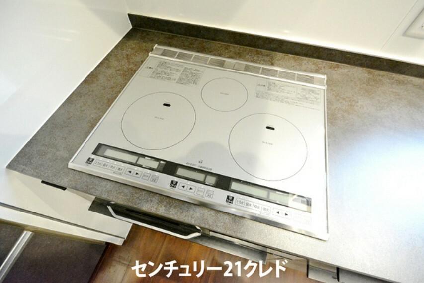 キッチン IHクッキングヒーターです。お手入れラクチン!調理後はサッと一拭きするだけで、汚れを落とせます!火の消し忘れの心配もなく安心ですね。