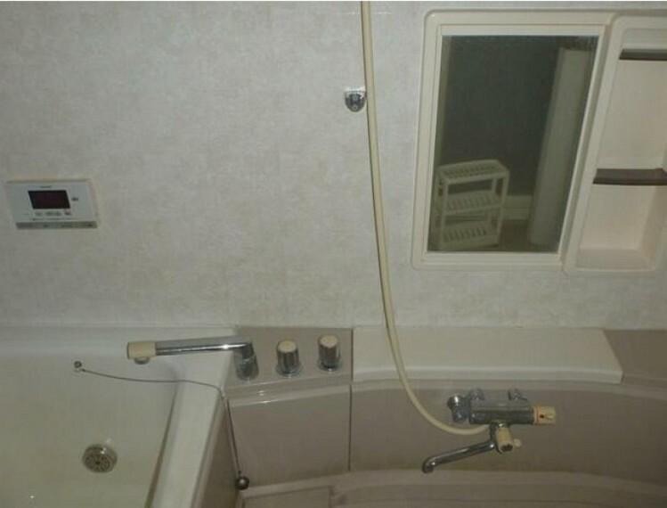 浴室 追い炊き機能付きの浴室です。浴室の中からも操作できるリモコン付きで温度調節も楽にできます。