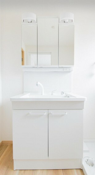 洗面化粧台 清潔感のあるホワイトでまとめられ、ゆったり落ち着いてお使い頂けます。