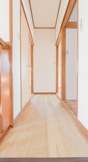 清潔感漂う廊下。各お部屋をつなぐ主要空間として美しく存在しています。