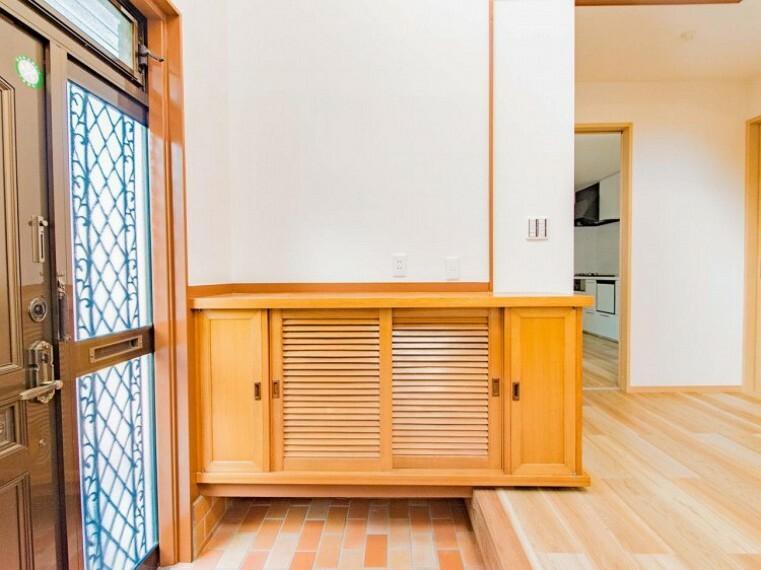 玄関 格調と気品を息づかせた個性的なデザイン空間が、住む人や訪れる人を室内へとやさしくエスコートします。内装内観写真-玄関
