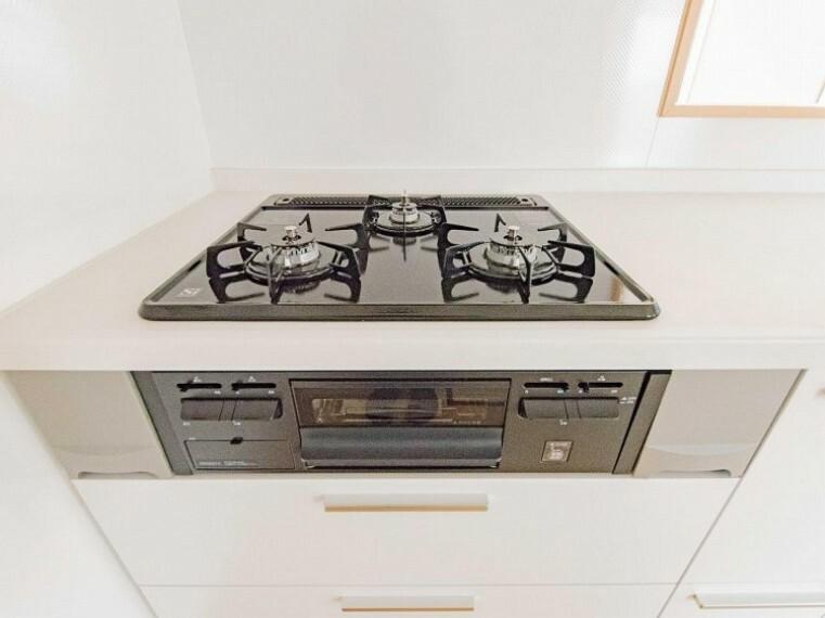 三口コンロで、お料理の効率もアップ!受け皿のないフラット天板でお手入れラクラク。