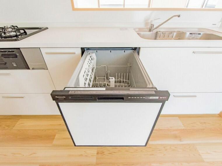 手洗いに比べ節水効果が高く、食器の洗浄から乾燥まで、食後の水仕事を軽減します。