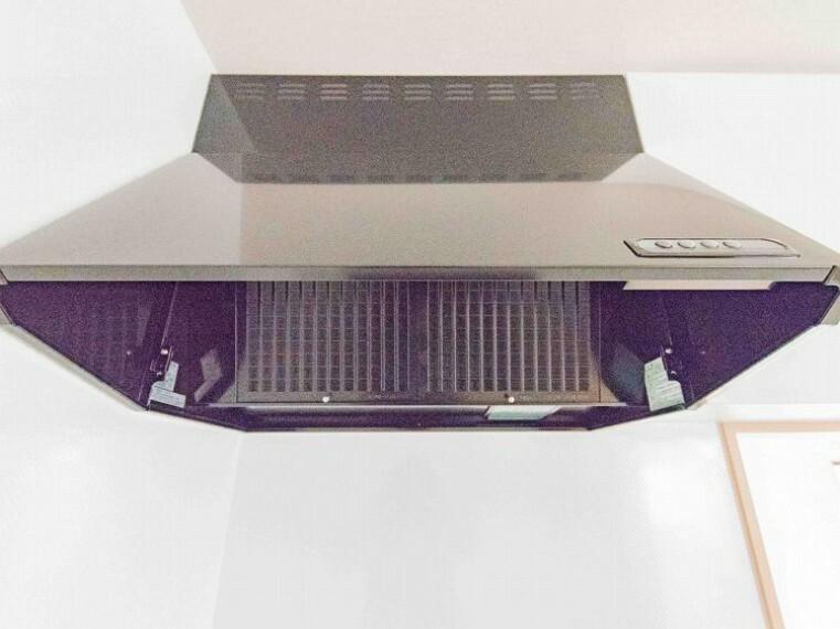 冷暖房・空調設備 換気扇に比べ、煙や臭いを集める能力が高いレンジフードは、日々のお手入れが楽なのも魅力の一つ。