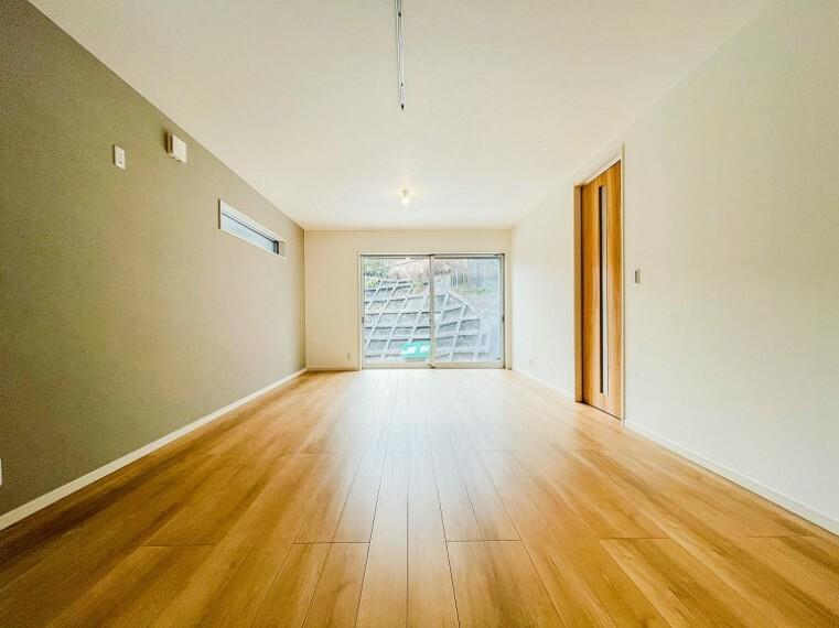 居間・リビング やわらかな陽射しがふりそそぎ、室内に開放感と爽快感をもたらします。(1号棟)