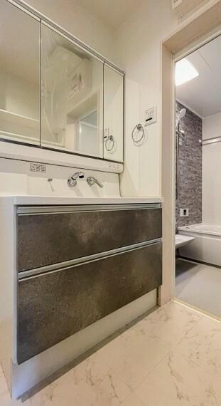 洗面化粧台 三面鏡裏収納には化粧品や洗面用品類をすっきり整理できます。(1号棟)