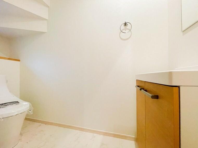 トイレ トイレはシンプルにホワイトで統一。温水洗浄付きトイレを設置しています。(1号棟)