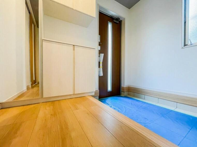 玄関 落ち着いた色を基調としていて、明るく優しい玄関となっています。(1号棟)