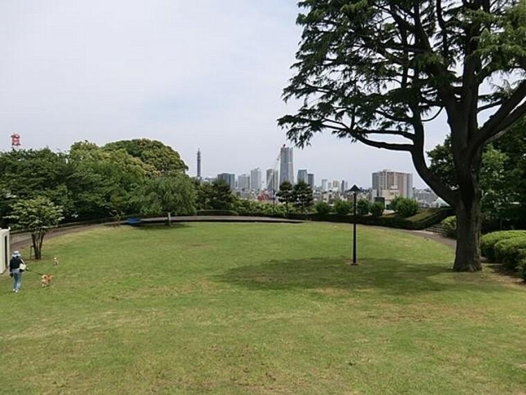 公園 浅間台みはらし公園(名前の通り見晴らしの良い緑豊かな公園。屋根付のベンチや、見はらし台からは横浜の街が一望できます。)