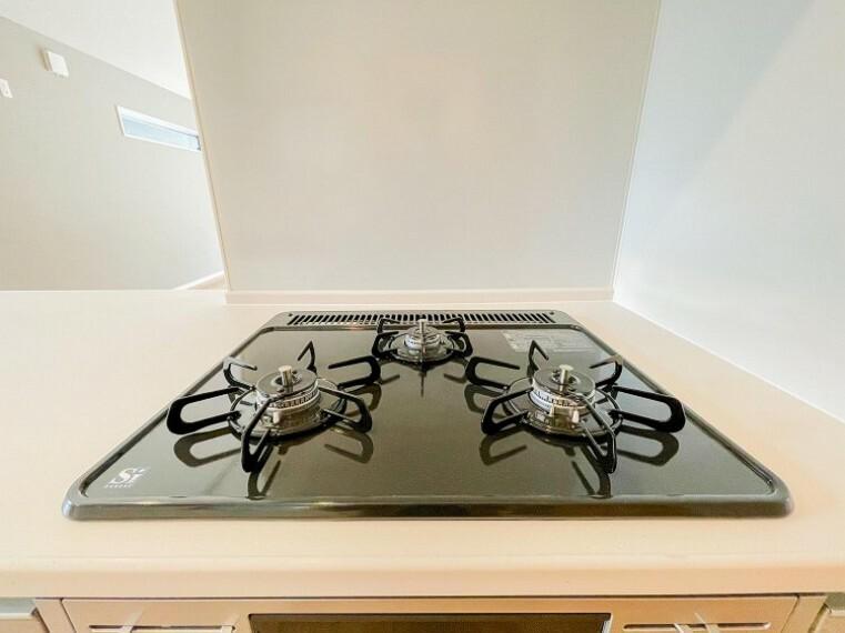【三口ガスコンロ】三口コンロで、お料理の効率もアップ!受け皿のないフラット天板でお手入れラクラク。