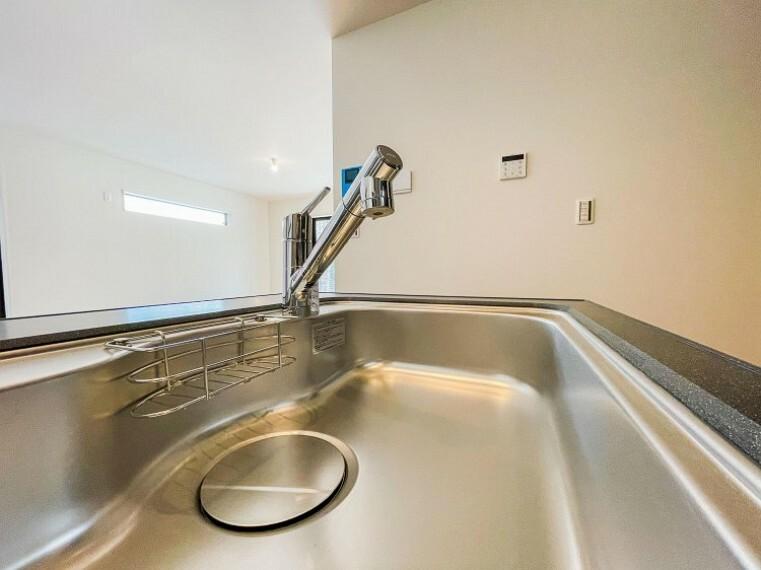 【浄水器一体型水栓】シャワーヘッド内に内蔵されたカートリッジがカルキ・溶解性鉛・農薬・カビ臭などの不純物を低減します。