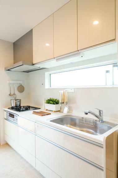 キッチン 機能性に優れた壁付けのシステムキッチン!壁はホーローでお掃除楽々、マグネットが利用できます!