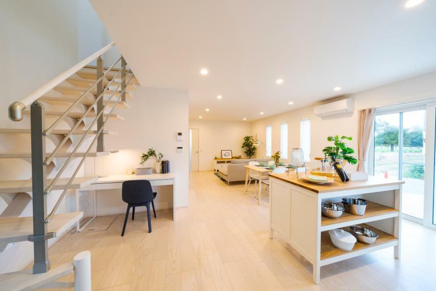 視覚的にも空間に快適さを演出するストリップ階段を採用!