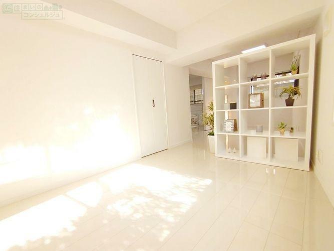 寝室 《10.3帖のベットルーム》明るくお洒落な洋室です。クローゼット付きでお部屋を広くスッキリと見せられます。