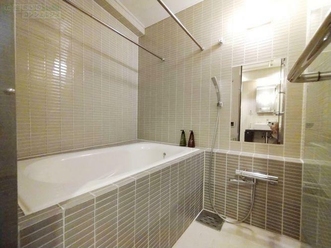 浴室 《バス》スケルトンの扉を開けるとタイル張りのお洒落な浴室。浴室乾燥機付きで花粉の季節も安心して洗濯物を干して頂けます。