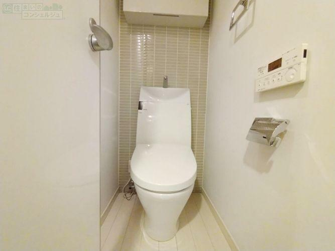 トイレ 《トイレ》ウォシュレット付きトイレ。作り戸棚もあり、トイレットペーパーや掃除道具も収納できます。