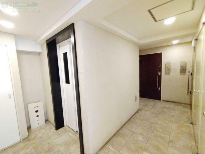 エントランスホール 《エレベーターホール》エレベーターから降りるとすぐに自宅のドアが見えます。