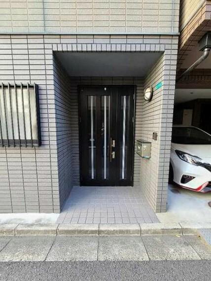 玄関 ブラック調の玄関ドアは外観がキリッと締まりますね!