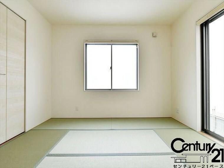 同仕様写真(内観) ■リビング横の和室は家族みんなのくつろぎの空間に!■